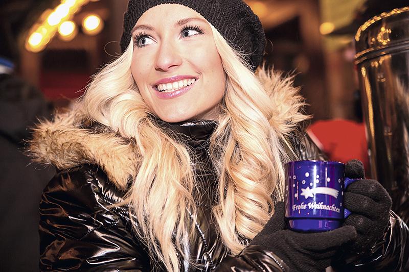 http://www.eugps.eu/assets/uploads/Junge-blonde-Frau-auf-dem-Weihnachtsmarkt-465940661_5760x3840.jpg