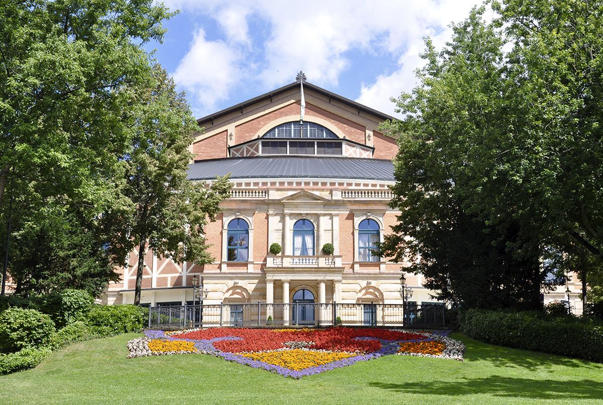http://www.eugps.eu/assets/uploads/Richard-Wagner-Festspielhaus_2016_Frontansicht_Sichtachse_Siegfried-Wagner-Allee_unverhüllt_nach_Sanierung_klein.jpg